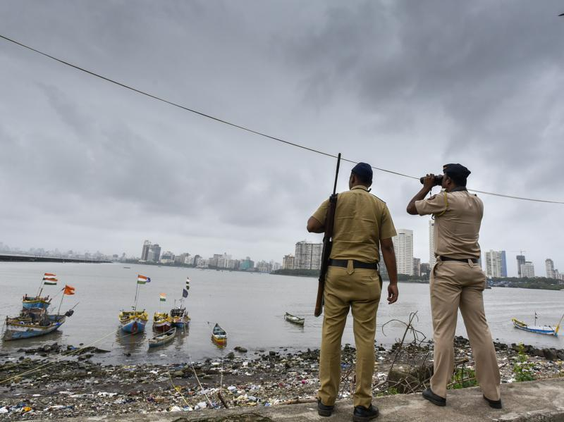Police commandos stand guard by the sea coast at Geeta Nagar Colaba, after a high alert was issued, in Mumbai on September 23, 2016.  Two days ago, a group of school children had spotted some suspicious looking men in the city. (Kunal Patil/ HT Photos)