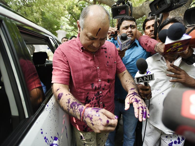 A man splattered ink on Delhi deputy chief minister Manish Sisodia after his meeting with lieutenant-governor Najeeb Jung outside his office in New Delhi on September 19, 2016.  (Sonu Mehta/HT Photo)