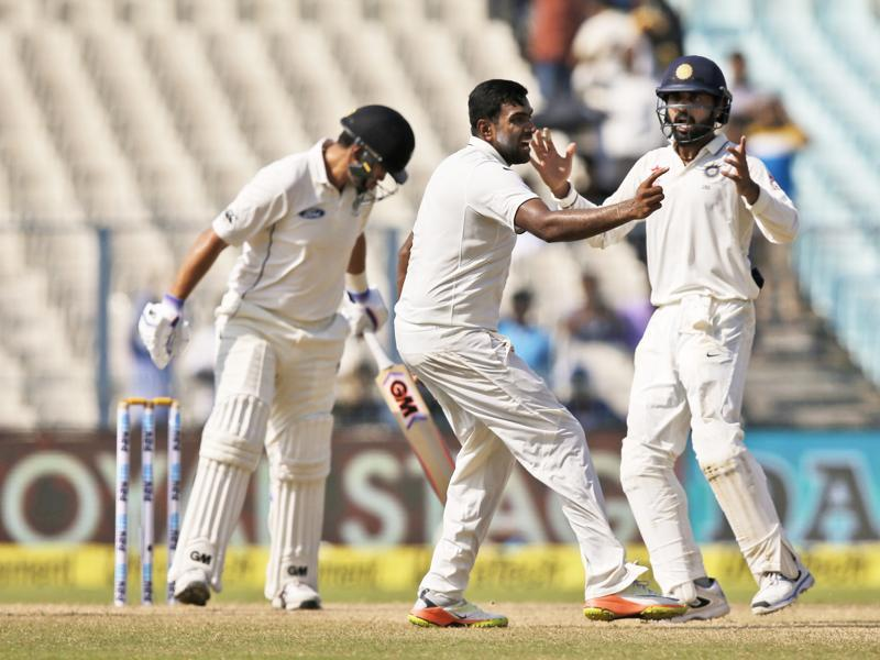 Indian bowler Ravichandran Ashwin, center, celebrates with team mates. (AP photo)