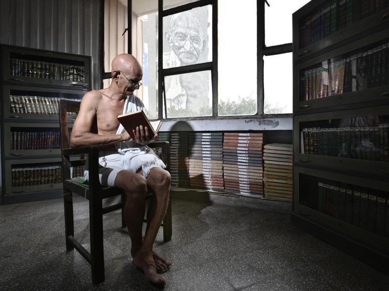 Meet 68-year-old Mahesh Chaturvedi. He says he travels across the country spreading his ideas about a reformed social system that will wipe out poverty. He's seen here at ITO in New Delhi a day before Gandhi Jayanti on October 01, 2016. (Arun Sharma/HT PHOTO)
