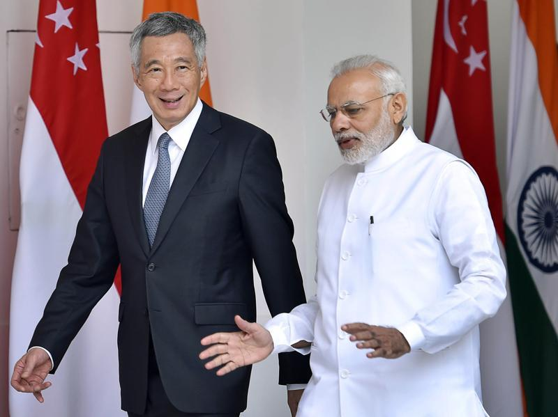 Prime ministers Narendra Modi and Singapore's Lee Hsien Loong chat as they head for a delegation level meeting in New Delhi, on October 4, 2016.  (Ajay Aggarwal/HT PHOTO)