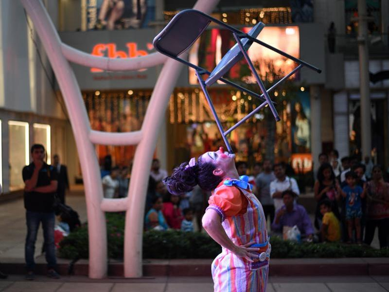 Maggie the clown entertains children with an array of tricks at High Street Phoenix.  (Pratik Chorge/HT)