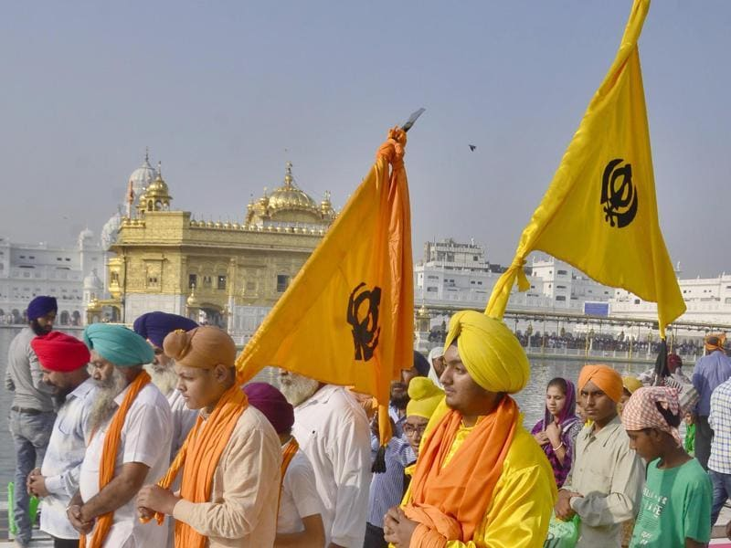 Devotees paying obeisance at Golden Temple in Amritsar on the occasion of the birth anniversary of Guru Ram Das. (Sameer Sehgal/HT Photo)
