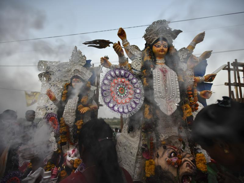Devotees immersing idols of Goddess Durga in River Yamuna at the end of Puja festival in New Delhi. (Ravi Choudhary/HT PHOTO)