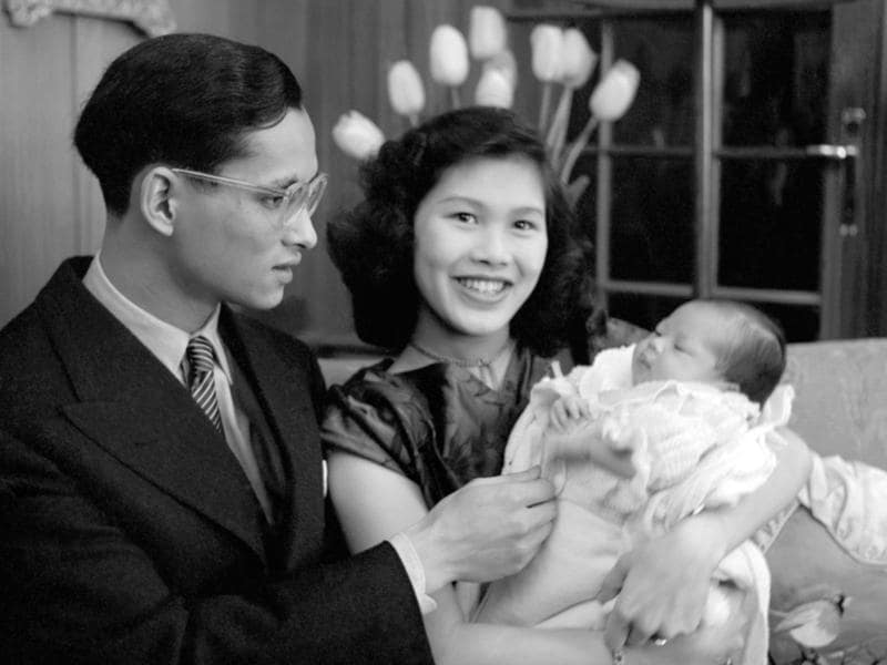 (FILES) This file picture released in April 1951 shows Thai King Bhumibol Adulyadej and Queen Sirikit posing with their first child Princess Ubol Ratana. Thailand's King Bhumibol Adulyadej has died after a long illness, the palace announced on October 13, 2016, ending a remarkable seven-decade reign and leaving a divided people bereft of a towering and rare figure of unity. / AFP PHOTO / STR (AFP)
