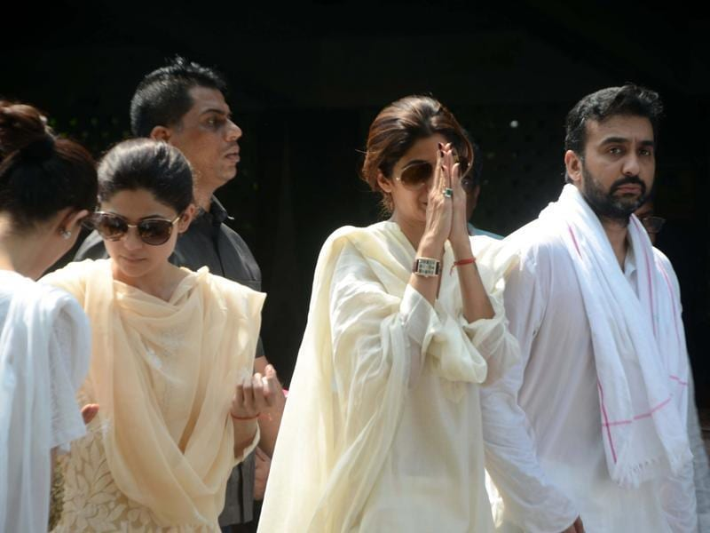 Shamita Shetty, Shilpa Shetty with Raj Kundra during the funeral of Surendra Shetty in Mumbai. (IANS Photo)
