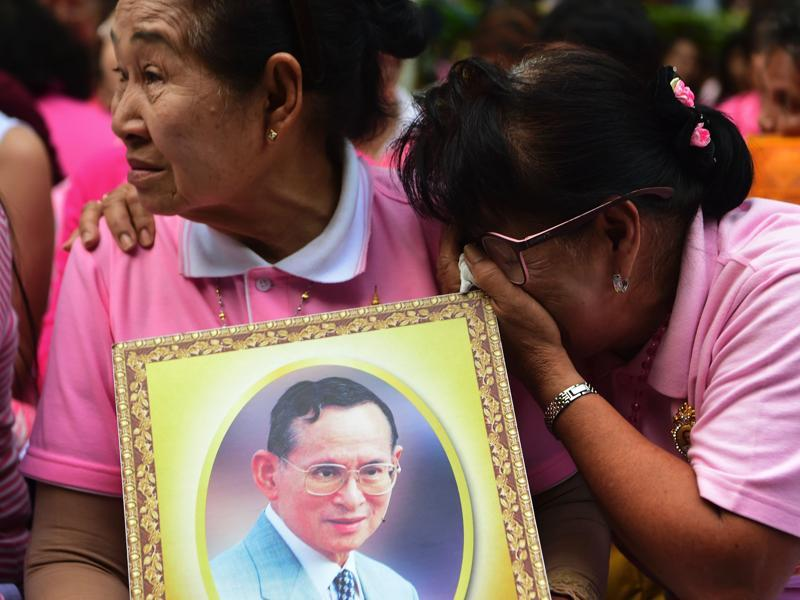 Supporters of King Bhumibol cry during a vigil outside a Bangkok hospital on October 13, 2016, as their ailing King Bhumibol breathed his last on Thursday. He was the world's longest monarch in rule. (AFP)