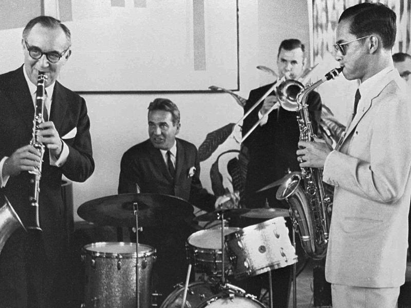 In this July 5, 1960, file photo, Bhumibol Adulyadej, right, plays the saxophone during a jam session with legendary jazz clarinetist Benny Goodman, left, drummer Gene Krupa, second left, and trombonist Urbie Green in New York.  (AP)