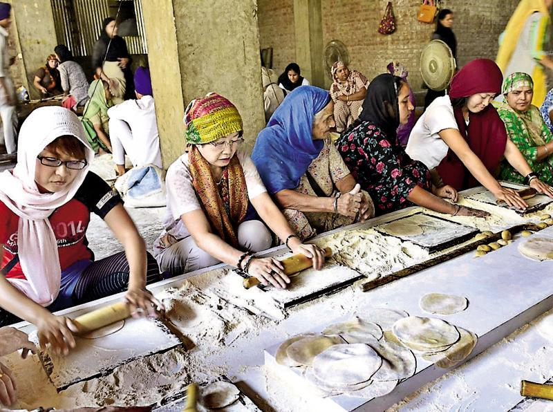 Backed by technology, the Shiromani Gurdwara Parbandhak Committee (SGPC) plans to extend the community kitchen, which serves around one lakh pilgrims round-the-clock every day, at the Golden Temple. (Gurpreet Singh/HT)