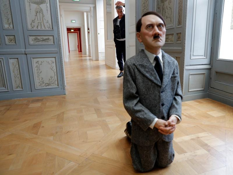 Italian artist Maurizio Cattelan poses with his creation Him (2001) prior to the opening of the exhibition Not Afraid of Love at the Hotel de la Monnaie in Paris, France, October 17, 2016.  (REUTERS)