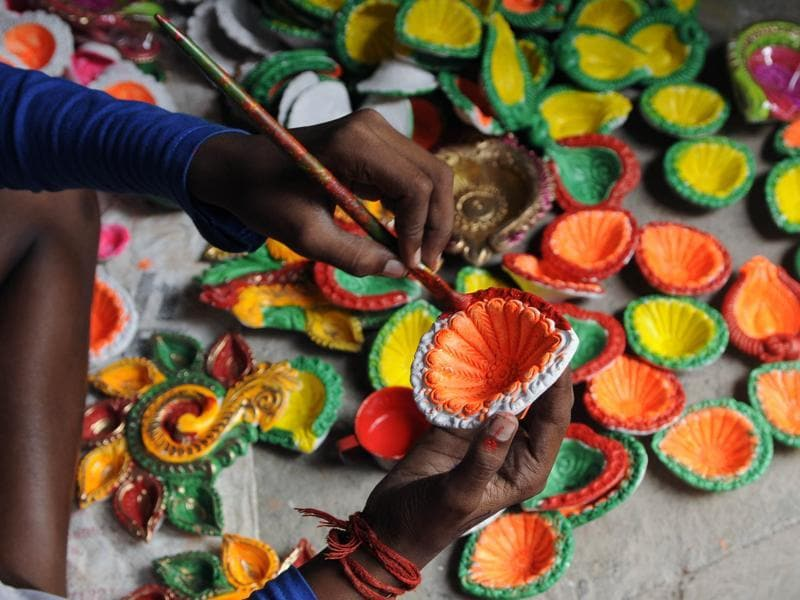 The coloured diyas are painted at Dakshindari in North Kolkata.  (Subhendu Ghosh / HT PHOTO)