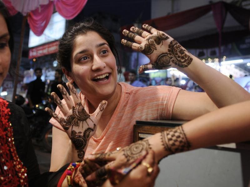 Women applying mehandi (Henna) on the eve of Karva Chauth at Hazratganj Janpath Market in Lucknow on Tuesday, October 18, 2016.  (Deepak Gupta / HT Photo)