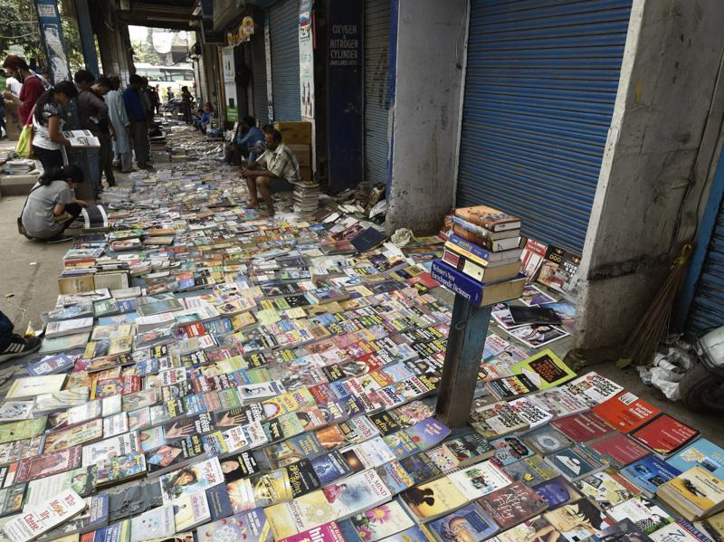 The Sunday book bazaar at Darya Gunj in New Delhi is a book lover's paradise. Rows of open book stores sell books, at times by the kilo, from Daryaganj to Delhi Gate.  (Vipin Kumar/HT PHOTO)