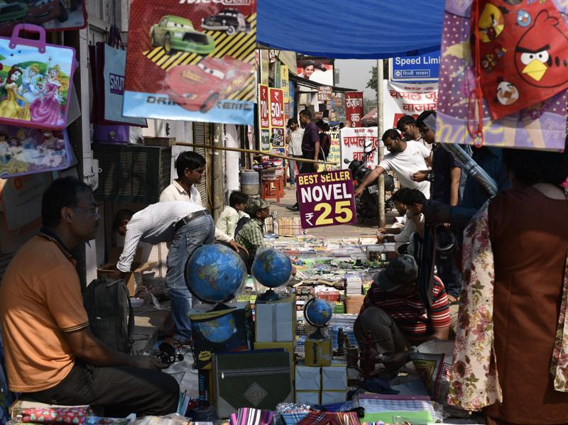 You can find books for Rs 25, which is lesser than the price of a soda bottle. Besides books, these stalls have globes, popular toys and stationery products.  (Vipin Kumar/HT PHOTO)