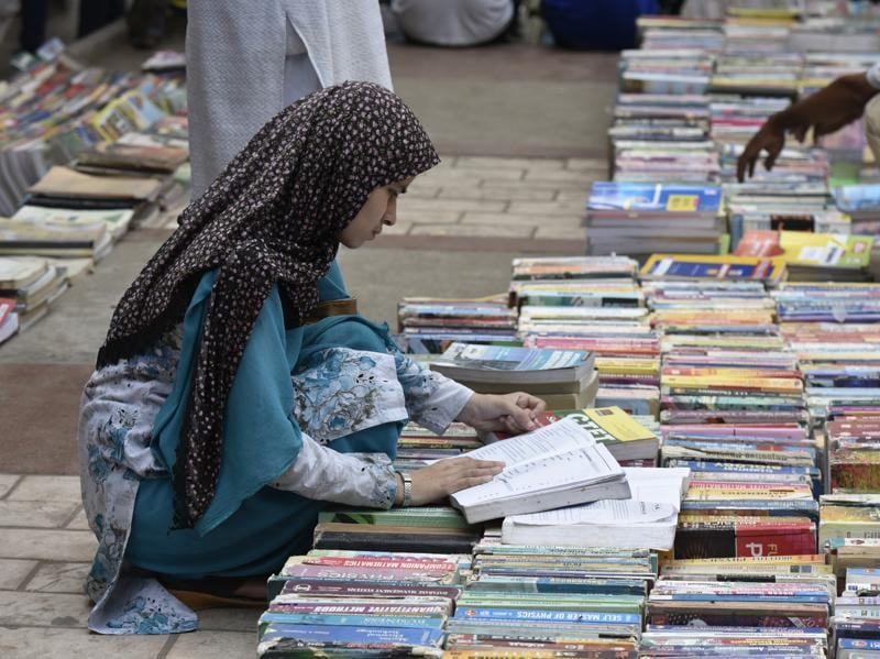 Students from the local walled city area often head to the bazaar to look for second-hand copies of prescribed text books in schools.   (Vipin Kumar/HT PHOTO)