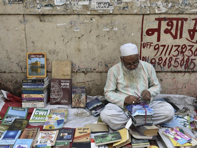 But at the end of the day, the Sunday book bazaar at Daryaganj is the ultimate stop for bookworms that does not burn a hole in their pocket.  (Vipin Kumar/HT PHOTO)
