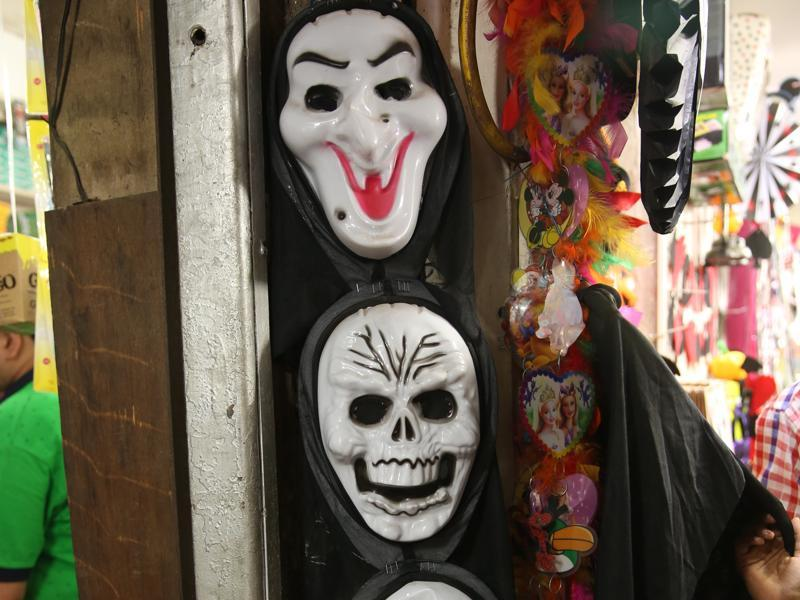 If you are not up for face paints, then these marks ranging between Rs 500 and 1000 are for you.  (Prabhas Roy/HT Photo)