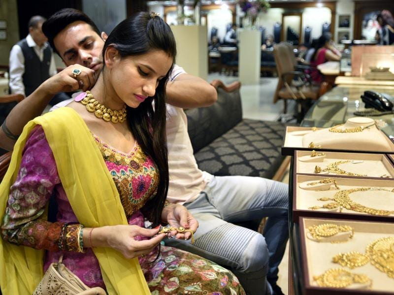 People buying gold jewellery and ornaments during Dhanteras at a jewellery store in New Delhi. (Arun Sharma/HT PHOTO)