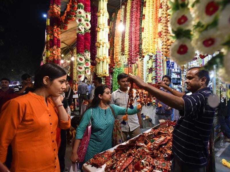 People buying gift items on the eve of Diwali at Sarojini Nagar Market. (Virendra Singh Gosain/HT PHOTO)