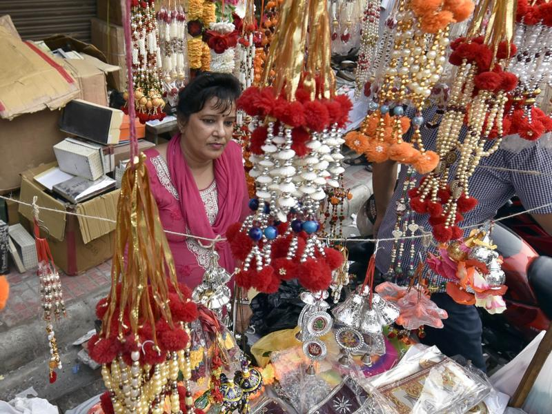 People purchasing Diwali gifts and decorations in Amritsar on Friday. (Gurpreet Singh/HT Photo)