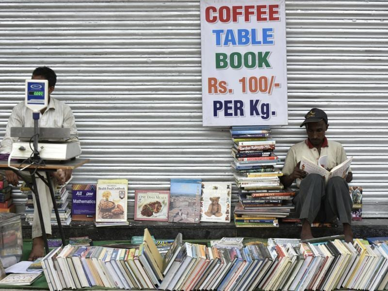 Coffee table books are sold at cheap prices, making Delhi's Sunday bazaar a collectors' paradise. (Vipin Kumar/HT Photo)