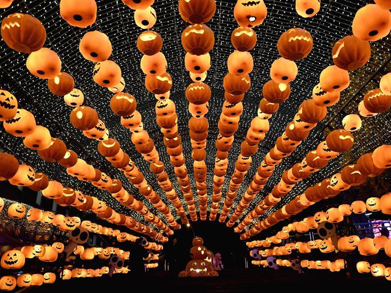 Visitors walk past a pumpkin lantern show in front of a shopping mall to mark Halloween in Shenyang, northeast China's Liaoning province. (AFP Photo)