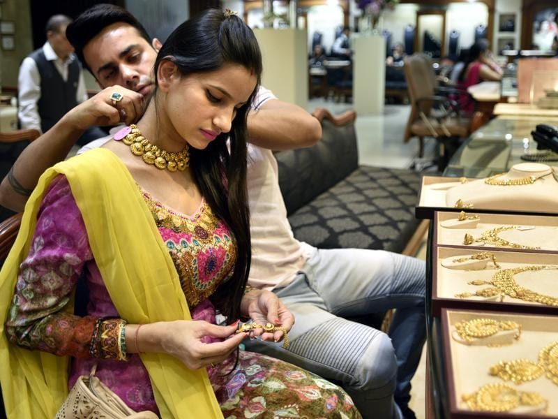 People buy gold jewellery and ornaments on the occasion of Dhanteras at a jewellery store in New Delhi. (Arun Sharma/HT Photo)