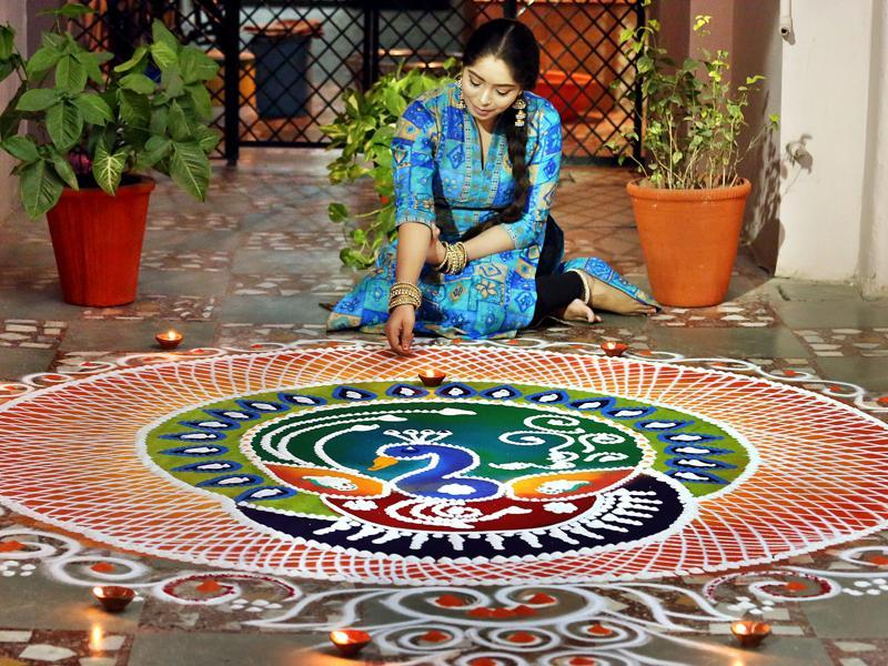 A girl making rangoli on the eve of Diwali to mark the start of festivities in Indore. (Arun Mondhe / HT PHOTO)
