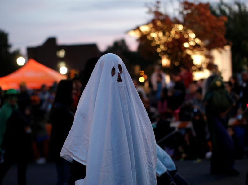 A man in a ghost costume marches in the annual Nyack Halloween Parade in the village of Nyack, New York, US, October 29, 2016.  (REUTERS)
