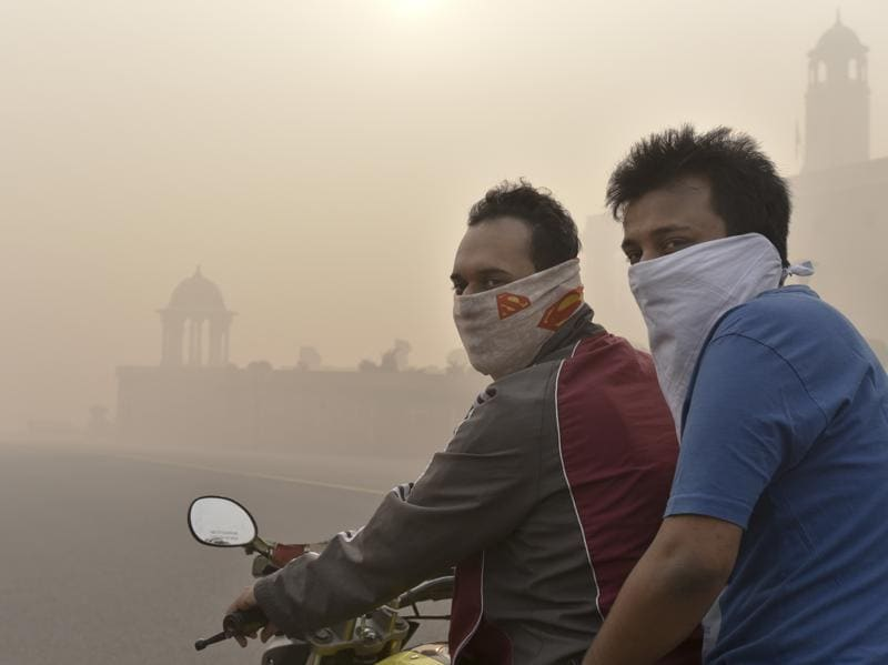 Smog near Vijay Chowk on the morning after Diwali celebrations in New Delhi. (Arvind Yadav/HT Photo)