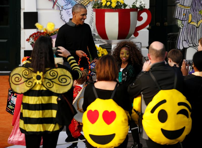 US President Barack Obama gives out Halloween treats to children. (Reuters Photo)