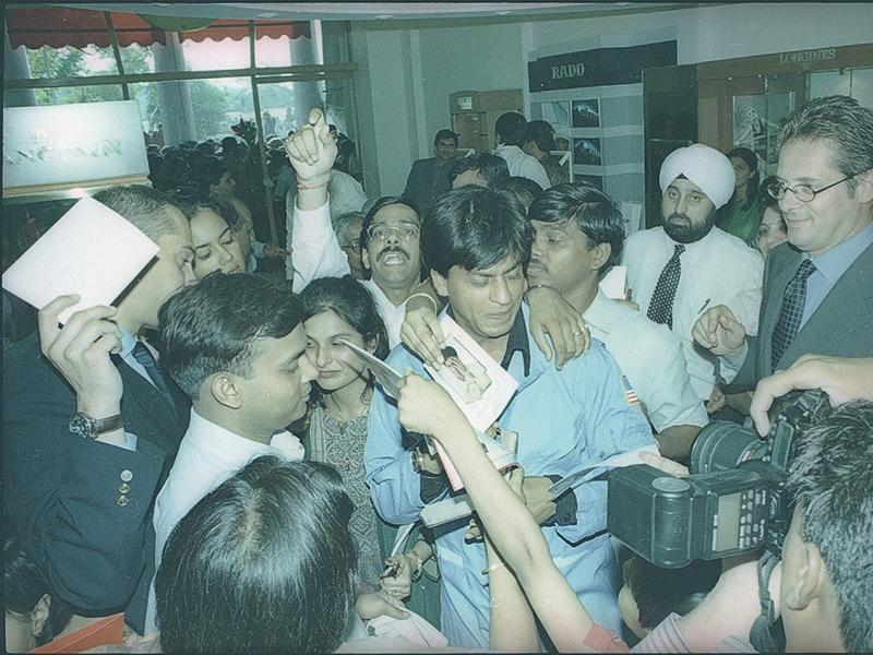 Shah Rukh Khan with his fans. (HT Archives)