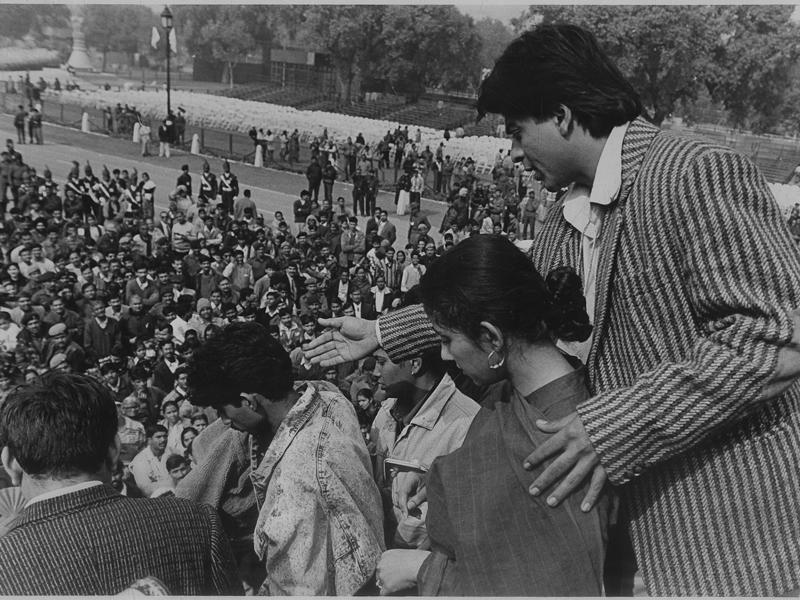 Shah Rukh Khan and Manisha Koirala requesting their fans to give way to leave the Rajpath at the end of the full day rehearsal for the Republic Day Parade in New Delhi in 1998. (HT Archives)