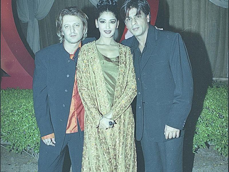 Shah Rukh Khan and Sonali Bendre at Rohit Bal's fashion show. (HT Archives)