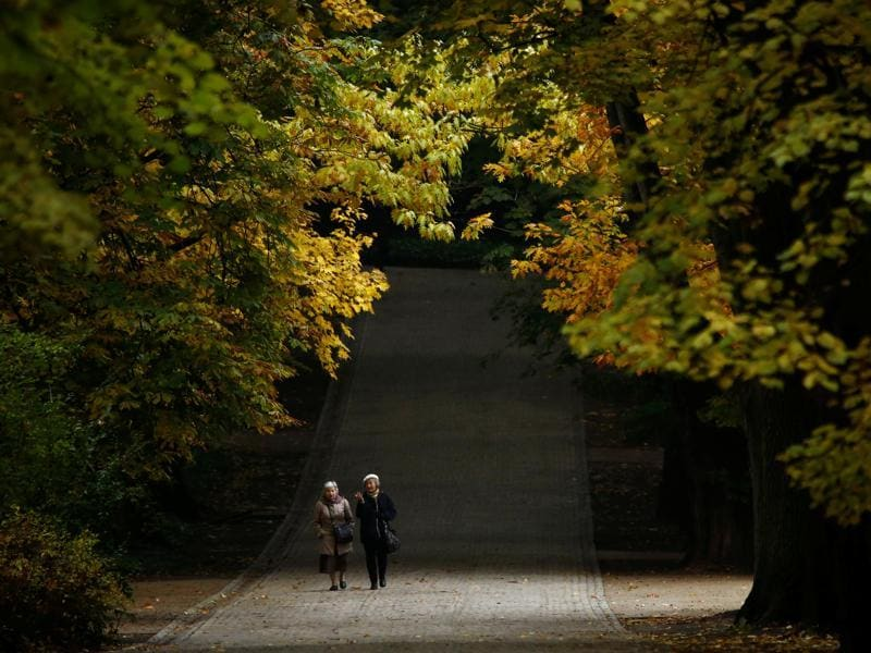 Women walk during an autumn day at the Royal Lazienki Park in Warsaw, Poland October 20, 2016.  (REUTERS/Kacper Pempel)