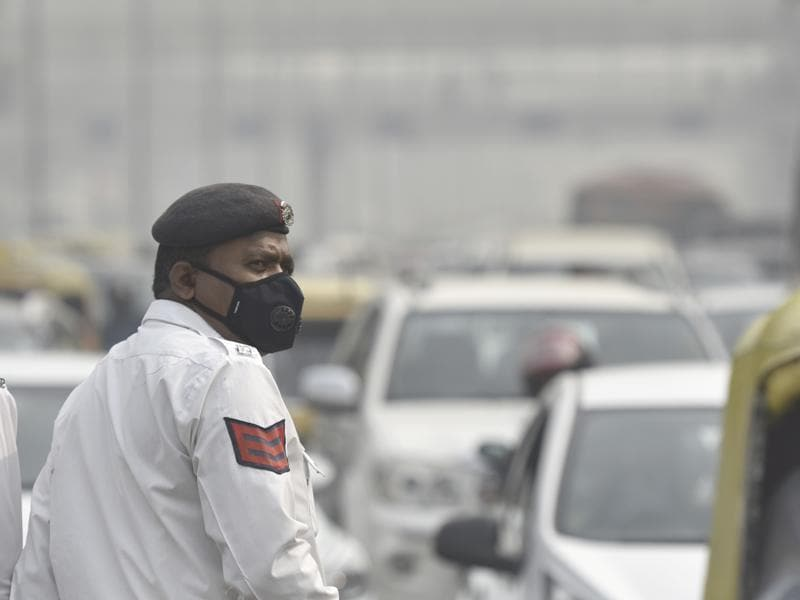 A Delhi cop wears a mask with an air filter as he manages traffic at ITO on November 4, 2016. During peak traffic hours, these police personnel are at a higher risk. Thick smog has blanketed the city since Diwali, leading to poor air quality  and low visibility.   (Raj K Raj/HT PHOTO)