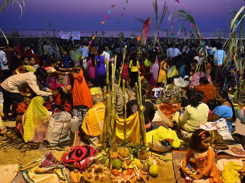 North Indians from all over the city come together to celebrate Chath Puja  in Mumbai, on November 6, 2016. (Vidya Subramanian/HT PHOTO)