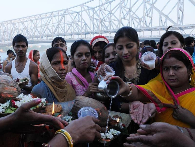 Women offering prayers on the occasion of Chhath Puja at the Hooghly ghat.  (Subhankar Chakraborty/HT PHOTO)