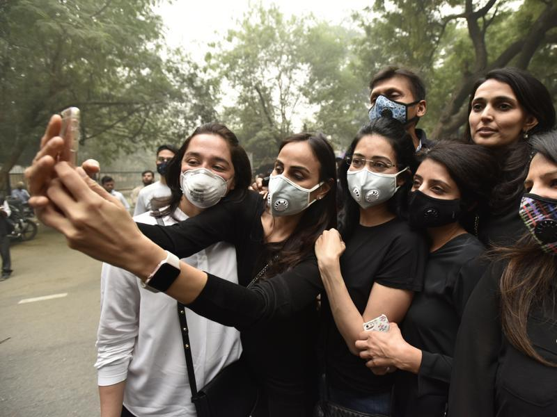The air quality in Delhi on Sunday was this season's worst. SAFAR data showed that the rolling average of PM 10 was 950µg/m³ and PM 2.5 was 590µg/m³.  The permissible level of PM 2.5 is 60µg/m³ and PM10 is 100 µg/m³.  (Virendra Singh Gosain/HT PHOTO)