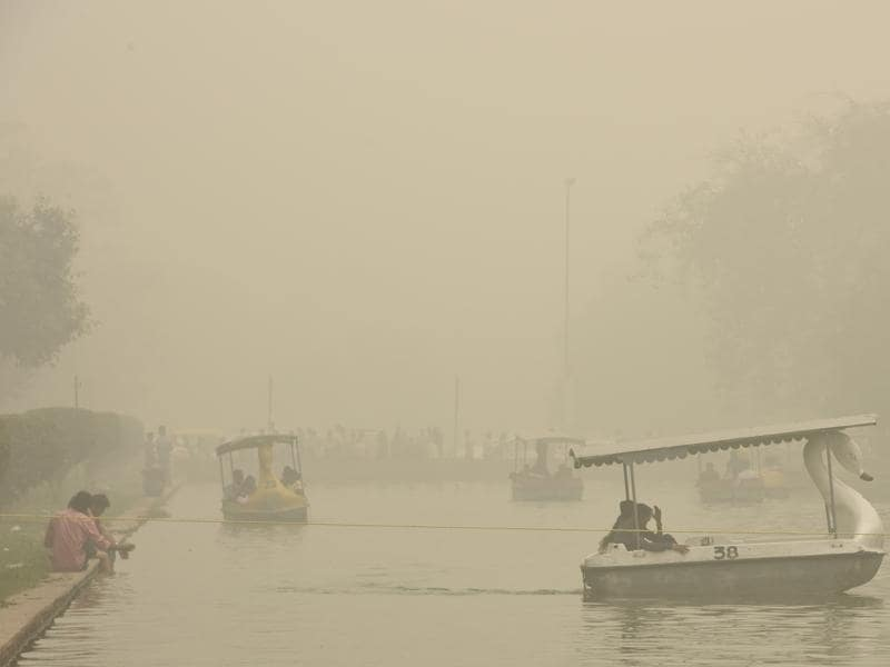 Heavy smog in the national capital plummeted visibility to 200 metres early on Sunday.  (Sonu Mehta/HT PHOTO)