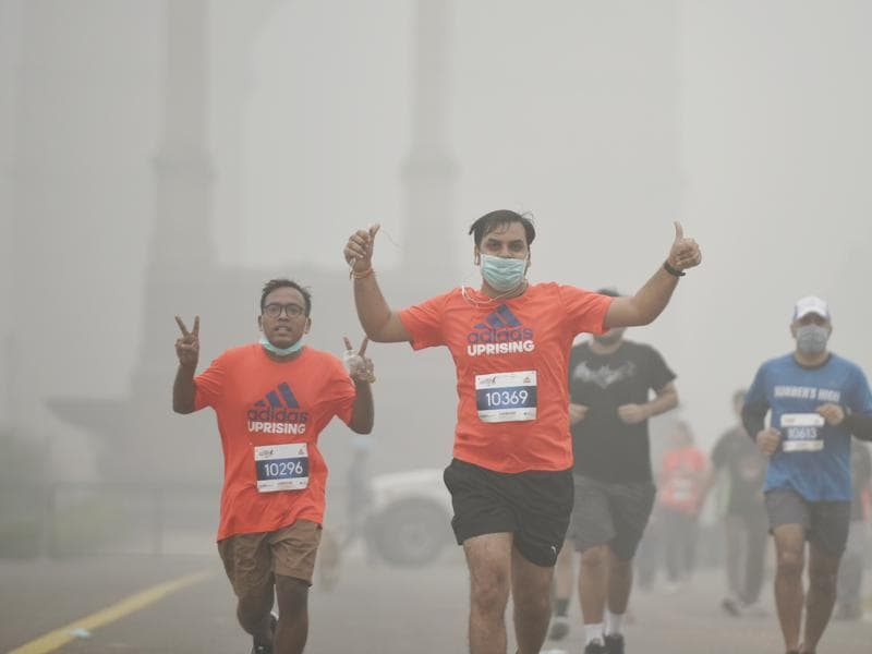 Runners take part in the New Delhi 10K Challenge amid heavy smog in New Delhi.  (Ravi Choudhary/HT PHOTO)