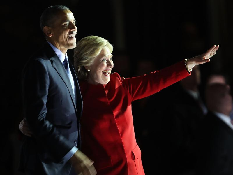 Democratic presidential nominee former Secretary of State Hillary Clinton stands with President Barack Obama during an election eve rally on November 7, 2016 in Pennsylvania. As the historic race for the presidency of the United States comes to a conclusion, both Clinton and her rival Donald Trump are making their last appearances before voting begins tomorrow.  (AFP photo)