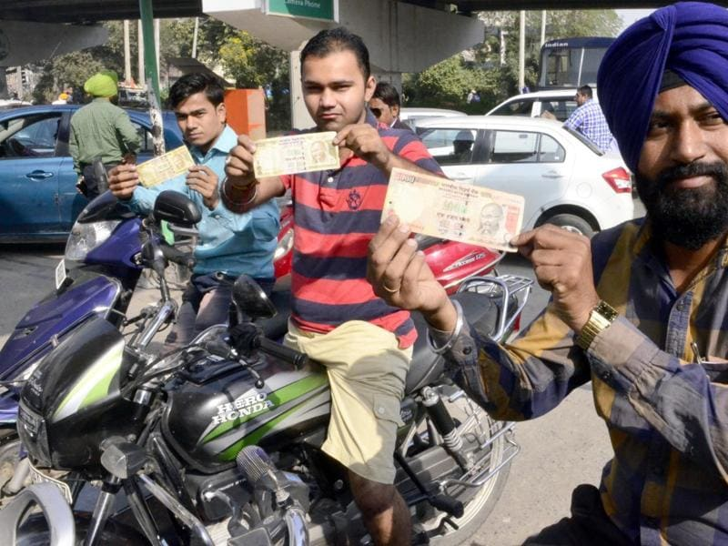 Petrol, diesel and gas stations authorised by public sector oil companies will accept the Rs 500 and Rs 1,000 notes till November 11. (Sameer Sehgal/HT Photo)