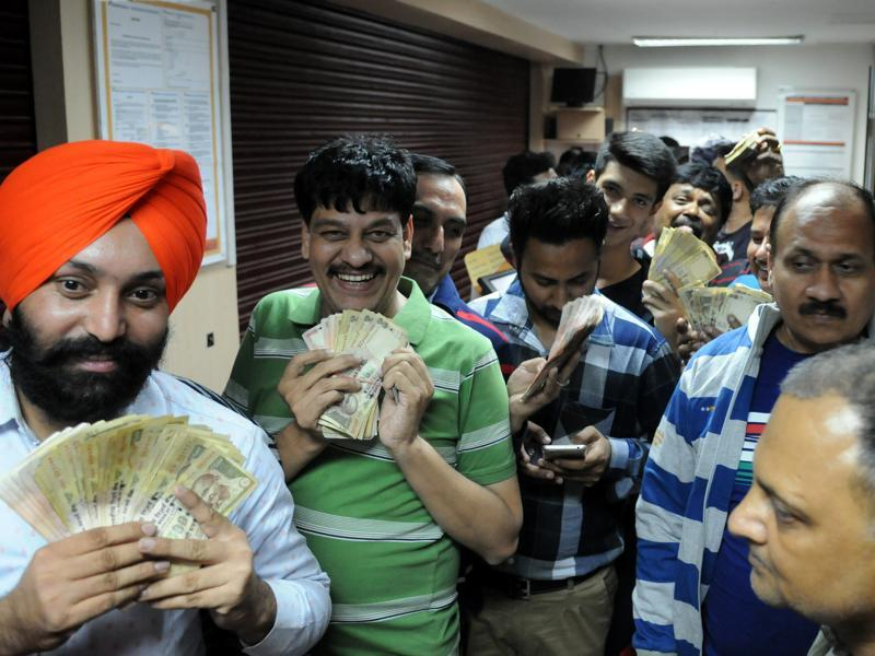 People in queue at an ATM-cash deposit kiosk with notes of Rs 500 and 1,000 in Phase 7, SAS Nagar (Mohali), on Tuesday. (Anil dayal/HT Photo)