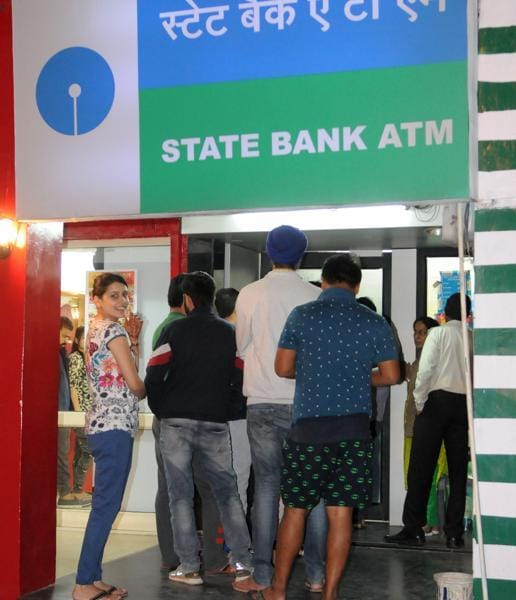 People in queue at an ATM to withdraw Rs 100 notes, or to deposit notes of Rs 500 and 1,000 through the machines, in Phase 7, SAS Nagar (Mohali), on Tuesday. (Anil dayal/HT Photo)
