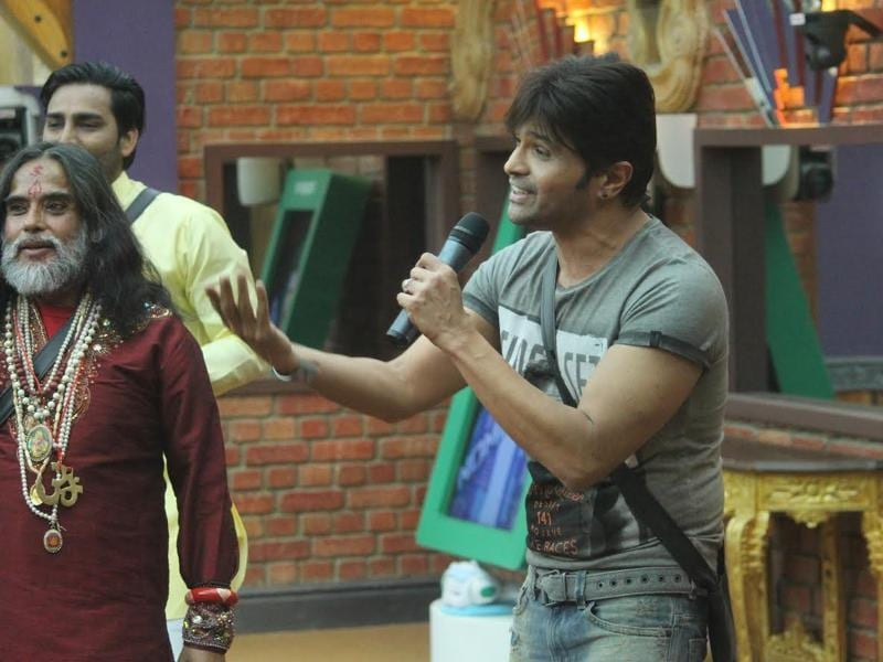 Giving a live performance of his new song Aap se Mausiiquii to the contestants, Himesh spends some good time inside the Bigg Boss house. (COLORS)