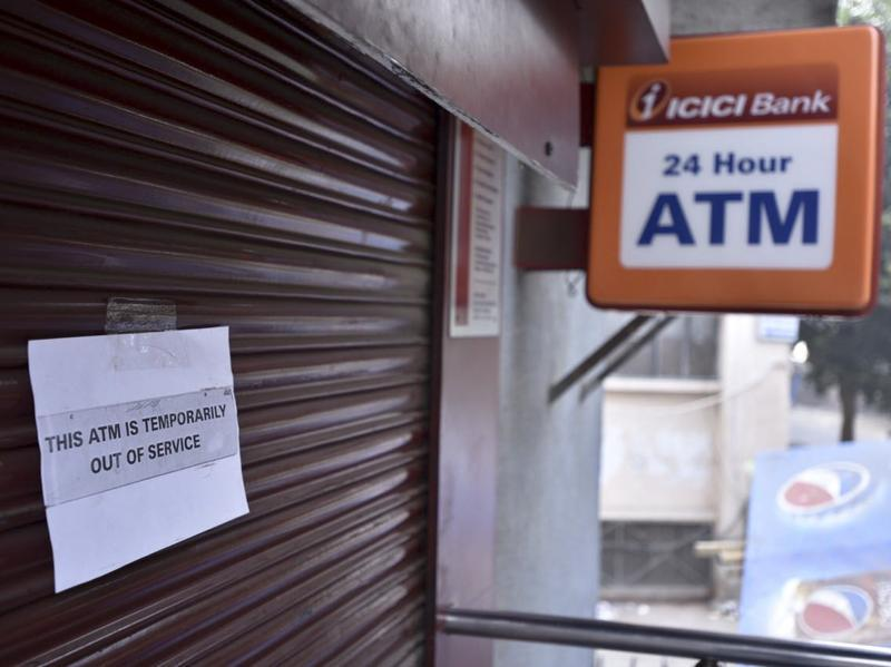 The ministry also advised banks to increase cash withdrawal limits in ATMs to Rs 2,500 per day in recalibrated ATMs. People were able to withdraw only upto Rs 2,000 so far.  (Arun Sharma/HT Photo)