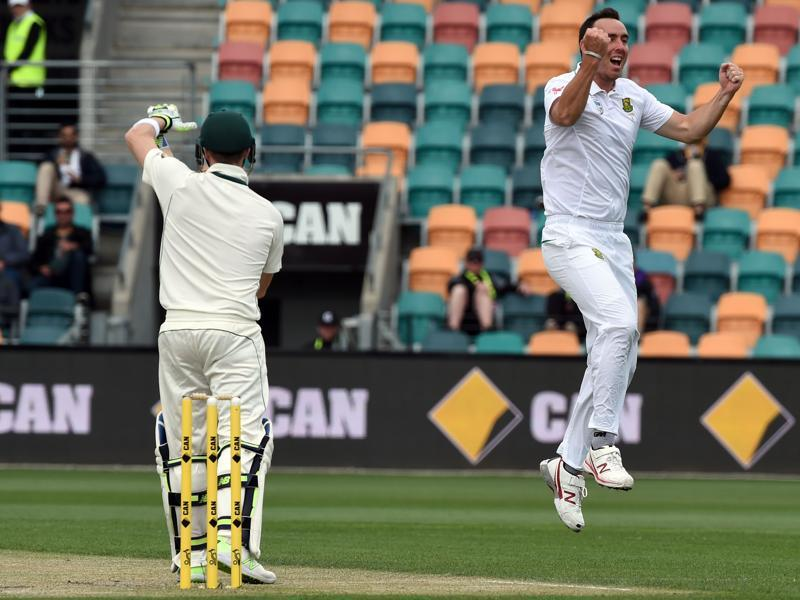 South Africa paceman Kyle Abbott (R) celebrates umpire decision of Australia's captain Steven Smith (L) out but decision was turned down by the third umpire. (AFP photo)