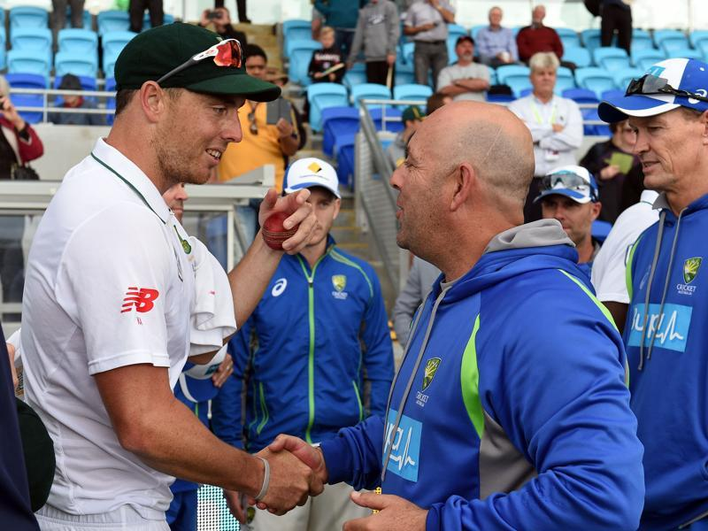 Australia's head coach Darren Lehmann (R) greets South Africa's paceman Kyle Abbott after South Africa's victory. (AFP photo)