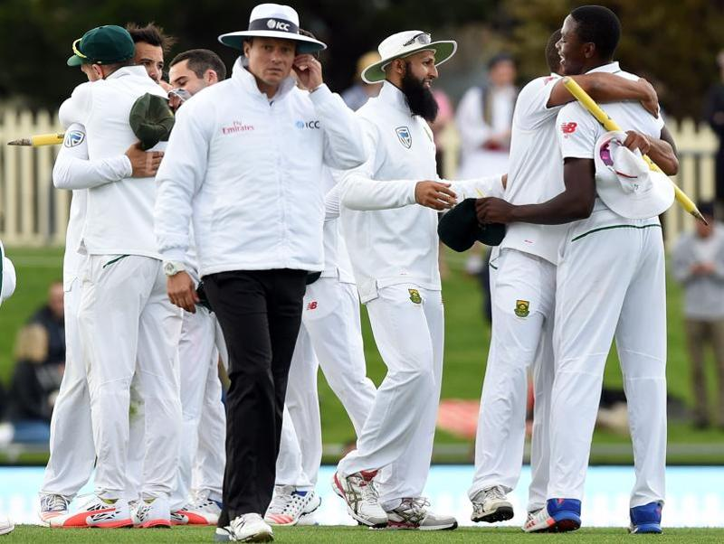 South Africa's players  celebrate their victory  at the end of the second Test cricket match. (AFP photo)